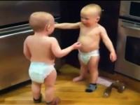 Bebe blizanci se svađaju