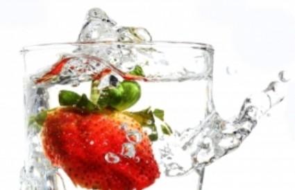 Obogatite vodu voćnim aromama