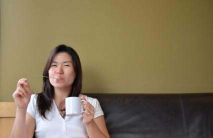 Žene koje piju preko pet šalica kave na dan smanjuju rizik od raka dojke za 50 posto