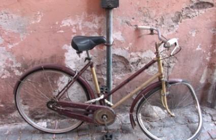 Kako se bicikl proveo među Fatinim nogama