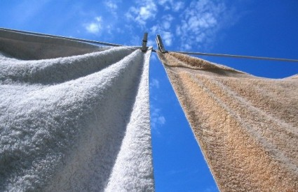 Sušenje rublja na žici na suncu i zraku