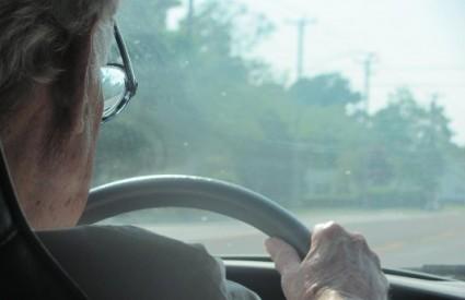 Bake i djedovi više paze od roditelja kad voze dok su djeca u automobilu