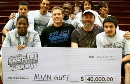 Allan (dolje lijevo) sa vršnjacima kojima je poklonio novce od svoje školarine