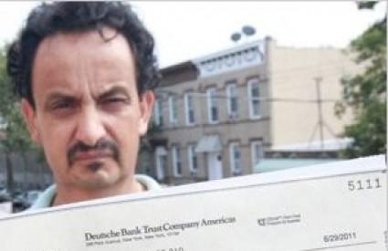 Edgar Galvis, radnik koji je zaradio rak čisteći otrovne ruševine, drži u ruci ček na 0,00 dolara