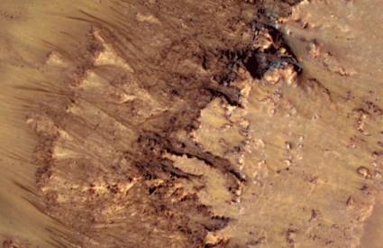 Tragovi tekuće vode na Marsu