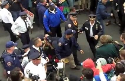 Uhićenja na prosvjednika na Brooklyn Bridgu, Screen Shot, YouTube