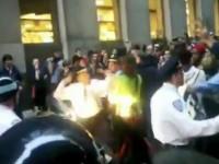 Policajac nokautira prosvjednicu