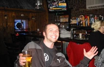 Zašto Mujo žmiri kad pije pivo?