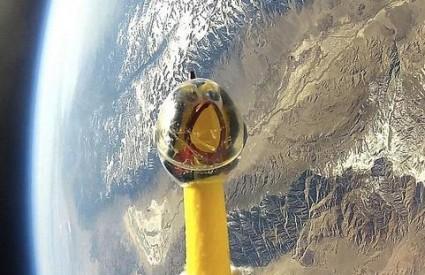 Gumena kokoš Camilla u orbiti oko Zemlje