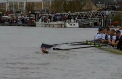 Plivača je gotovo udario čamac Oxforda