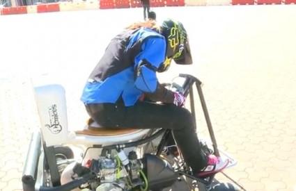 Jolene Van Vugt na svojoj WC školjki s motorom