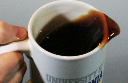 Hodanje proizvodi gotovo savršenu frekvenciju da pokrene prirodne oscilacije u kavi koja se nalazi u tipičnoj šalici