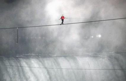 Nik Wallenda na polovici puta preko Nijagarinih slapova