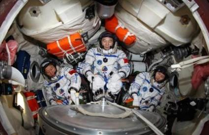 Troje kineskih astronauta u letjelici Shenzhou 9