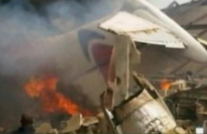 Očevici su rekli da se zrakoplov srušio na jednu zgradu, a zasad nije poznato ima li žrtava na tlu
