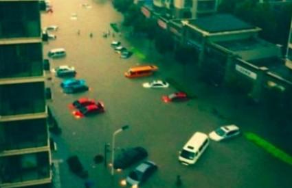 Neke ulice potpuno su poplavljene
