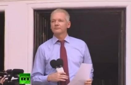 Assange je zadovoljan