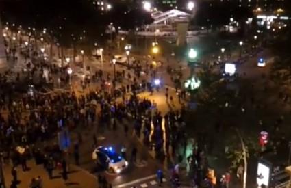 Ljudi su na ulicama španjolskih gradova od ponoći