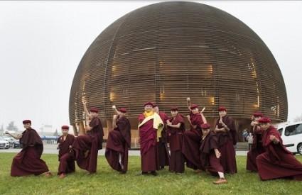 Redovnice demonstriraju kung fu pred CERN-om
