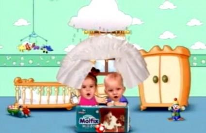 Bebice nagovaraju mamice da im kupe pelene