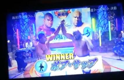 The Reem diže ruku pobjedniku Sappu