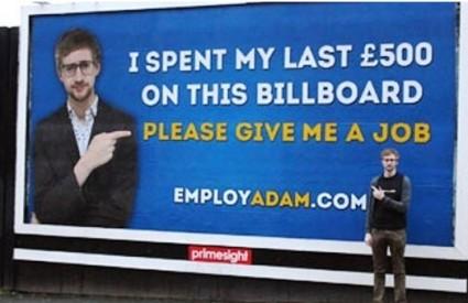 Na plakatu piše da je zadnjih 500 funti potrošio na ovu inventivnu molbu za posao