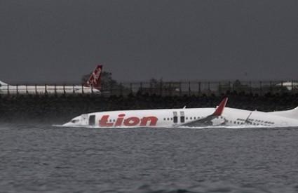Avion se raspolovio u vodi