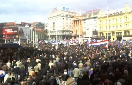 Trg je prepun prosvjednika