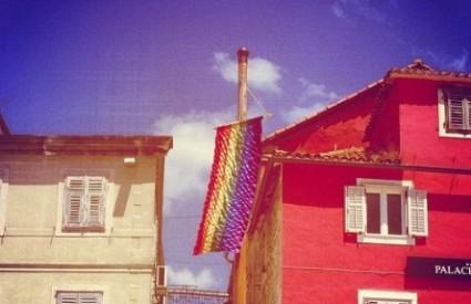 Satenska zastava duginih boja na Pjaci