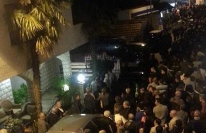 Tisuće su okupljene oko kuće vidjelice Vicke