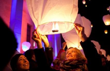 Tisuće lampiona vinule su se u nebo