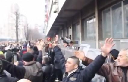 Prosvjedi ispred zgrade kantonalne Vlade u Tuzli