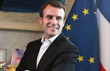 Macron ima posla...