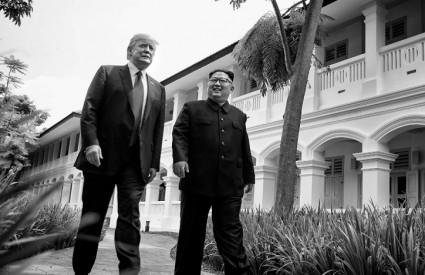 Trump i Kim u šetnji između sastanaka