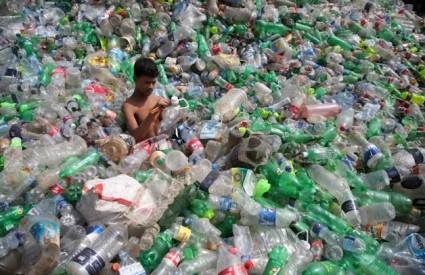 Gušimo se u plastici...
